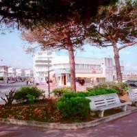 Surf shop et restaurant à l'emplacement du Café des bains de nos jours