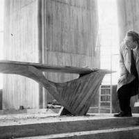 l'Architecte Guillaume Gilet devant l'autel